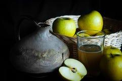 Selbst gemachter Apfelsaft mit Bestandteilen und rustikalem Krug lizenzfreie stockfotografie