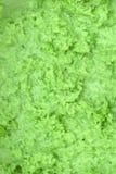 Selbst gemachter Avocadojoghurt, der in einem Weinleseglasgefäß mit Bestandteilen für die Herstellung auf einem hellen Schiefer,  stockfoto