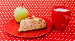 Selbst gemachter Backenapfelkuchen mit Cup Milch Stockfotos