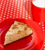 Selbst gemachter Backenapfelkuchen mit Cup Milch Stockfotografie