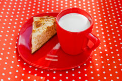 Selbst gemachter Backenapfelkuchen mit Cup Milch Lizenzfreies Stockbild