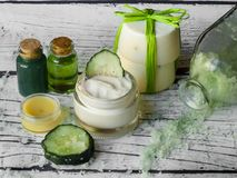 Selbst gemachter Badekurort mit natürlichen Bestandteilen, Gurke lizenzfreie stockfotos