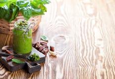 Selbst gemachter Basilikum und Acajoubaum Pesto im Glasgefäß Stockfoto