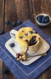Selbst gemachter Blaubeermuffin-Becherkuchen Stockbild