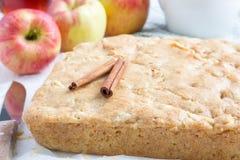 Selbst gemachter blondie (blonder) Schokoladenkuchen-Apfelkuchen auf Pergament Lizenzfreie Stockbilder