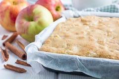 Selbst gemachter blondie (blonder) Schokoladenkuchen-Apfelkuchen in der Backform Stockfotos