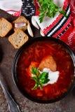 Selbst gemachter Borschtsch mit Fleisch und Sauerrahm Stockfoto