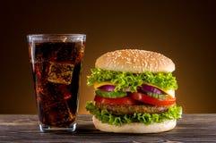 Selbst gemachter Burger und Koks lizenzfreie stockfotografie