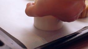 Selbst gemachter cantonese Mondkuchen bevor dem Backen - Frau, die festliches Gebäck mit der Formung der Form auf Backblech für t stock video footage