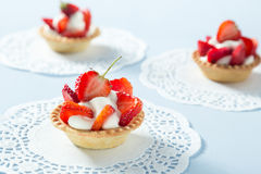 Selbst gemachter Erdbeere-Kuchen Stockbilder