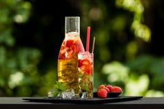 Selbst gemachter Erdbeereistee im Garten Stockfotografie