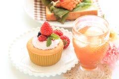 Selbst gemachter Erdbeerschalenkuchen mit Sahne Stockfoto