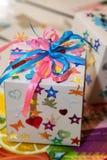 Selbst gemachter Feiertag, der mit Bögen und Sternen verpackt stockbilder