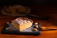 Selbst gemachter frangipane Kuchen lizenzfreie stockfotografie