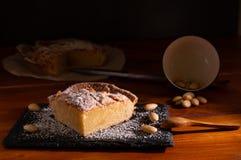 Selbst gemachter frangipane Kuchen stockfotografie