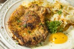Selbst gemachter Fried Breakfast Pork Chops Stockbilder