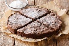 Selbst gemachter frischer schwedischer Nachtisch: klebriger Kuchen kladdkaka Schokolade stockbild