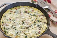 Selbst gemachter Frittata gemacht mit Brokkoli, Speck, Spinat und Pilzen Stockfoto