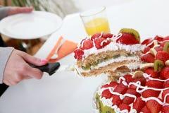 Selbst gemachter Fruchtkuchen wird mit Orangensaft gedient Lizenzfreie Stockfotografie