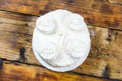 Selbst gemachter Geburtstag ` s weißer Kuchen für runden Kuchen des Jungen mit 7-Jährigen in Form des Ziegelsteines Beschneidungs Lizenzfreies Stockfoto