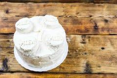 Selbst gemachter Geburtstag ` s weißer Kuchen für runden Kuchen des Jungen mit 7-Jährigen im Formstein Links auf Foto Stockfotos