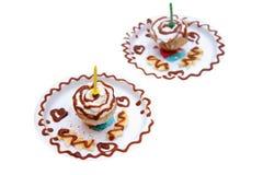 Selbst gemachter Geburtstags-kleiner Kuchen mit einer Kerze lokalisiert auf Weiß Stockbilder