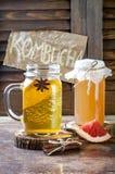 Selbst gemachter gegorener roher kombucha Tee mit verschiedenen Würzen Gesundes natürliches probiotic gewürztes Getränk Kopieren  Stockfoto
