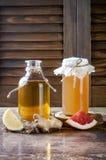 Selbst gemachter gegorener roher kombucha Tee mit verschiedenen Würzen Gesundes natürliches probiotic gewürztes Getränk Kopieren  Lizenzfreie Stockfotografie