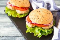 Selbst gemachter gesunder die Türkei-Burger mit Kopfsalat und Tomate Selectiv Stockfotografie
