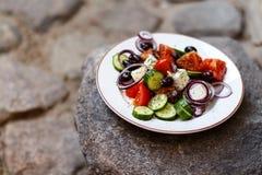 Selbst gemachter griechischer Salat von den Tomaten, Gurken, Gemüsepaprikas, ch Lizenzfreie Stockbilder