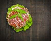 Selbst gemachter Hamburger mit Frischgemüse Stockbild