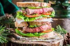 Selbst gemachter Hamburger mit Rindfleisch, Kopfsalat und Tomate Lizenzfreie Stockfotografie