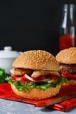 Selbst gemachter Hamburger mit Rindfleisch, Tomaten und Kopfsalat Stockfoto