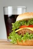 Selbst gemachter Hamburger mit Soda lizenzfreie stockfotografie