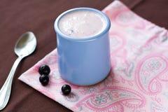 Selbst gemachter Jogurt in einer keramischen Schüssel auf einer rosa Tischdecke Lizenzfreies Stockfoto