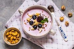 Selbst gemachter Jogurt mit frischer Blaubeere und Nüssen Stockfoto