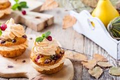 Selbst gemachter Käse ici der Herbstmoosbeerkürbis-kleinen Kuchen mit Sahne Lizenzfreie Stockfotos