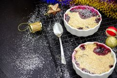 Selbst gemachter köstlicher Krümel zwei mit Beeren in eingeteiltem Ramekin lizenzfreies stockfoto