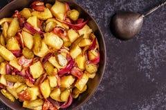 Selbst gemachter Kartoffelsalat mit Speck und Essiggurken Stockfoto