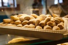Selbst gemachter Keks auf dem Behälter Verkauf von Plätzchen kochen stockfotografie