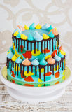 selbst gemachter Kind-2-tiered ` s Kuchen verziert mit buntem Fleck mit Meringe auf weißem Hintergrund lizenzfreies stockfoto