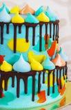 selbst gemachter Kind-2-tiered ` s Kuchen verziert mit buntem Fleck mit Meringe auf weißem Hintergrund stockfotografie