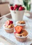 Selbst gemachter kleiner Kuchen mit frischer Erdbeere Stockfoto