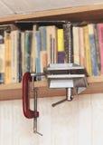 Selbst gemachter Kolben auf dem Bücherregal Lizenzfreie Stockfotos