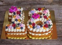 Selbst gemachter Kuchen in Form von Nr. achtzehn stockfotografie
