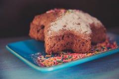 selbst gemachter Kuchen mit Fruchtstücken und -schokolade stockfotografie