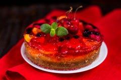 Selbst gemachter Kuchen mit Gelee und Beeren stockfotos