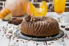 Selbst gemachter Kuchen mit Kürbis auf hölzernem Hintergrund Lizenzfreies Stockfoto