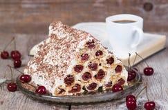 Selbst gemachter Kuchen mit Kirschen und Sauerrahm Stockbilder