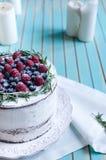 Selbst gemachter Kuchen verzierte Beeren auf Platte über hölzernem Türkishintergrund Lizenzfreies Stockbild